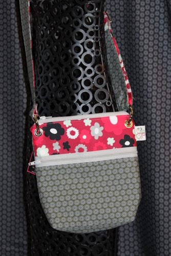 Small Zippered Messenger in Grey Oval elements